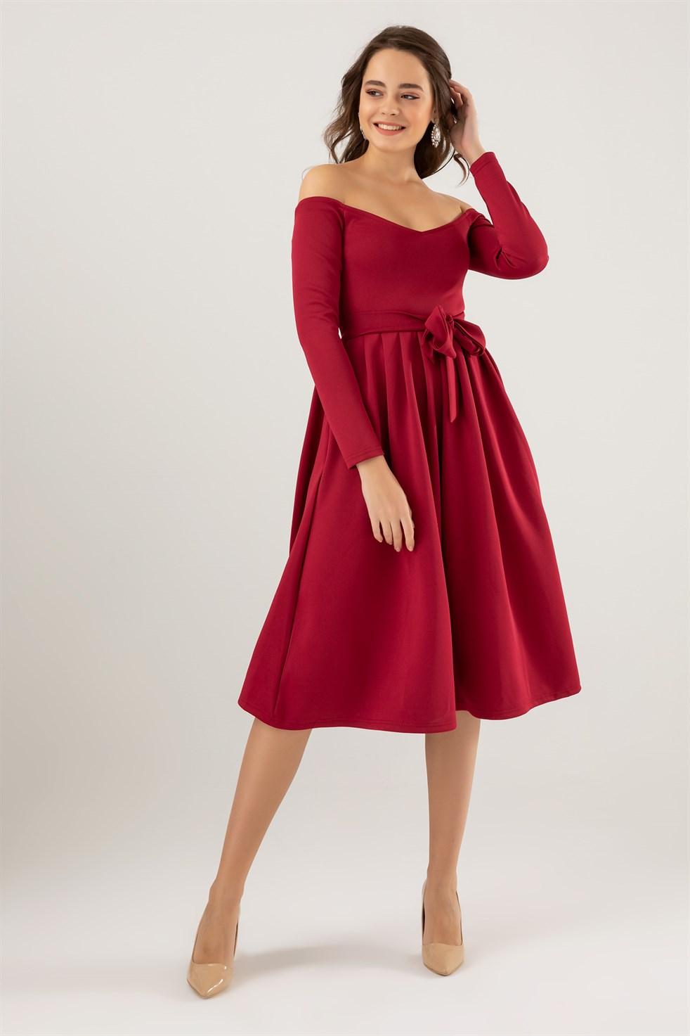 Knielanges Kleid mit schulterfreier Kleidung